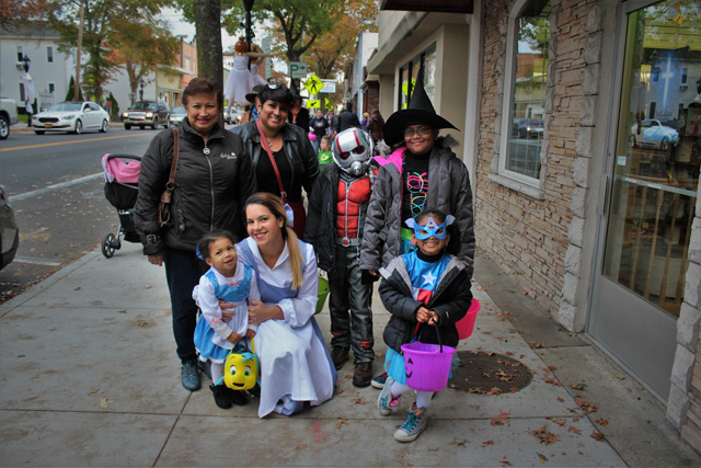 The Campbell family from Queens: Mya (Belle), Aurora (Belle), Peyton (Capitan America), Vanessa, Christina, Shane (Ant Man), and Imani (witch).