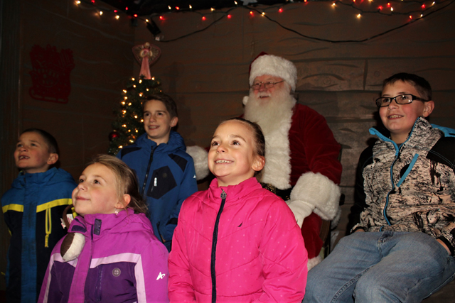 Local children pose for a group shot with Santa. (Credit: Elizabeth Wagner)