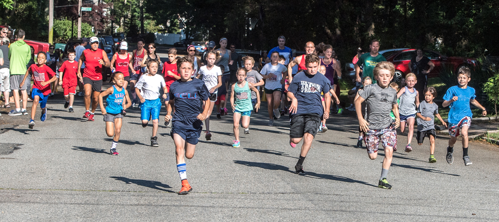 Kids out in front of the 1-mile race. (Credit: Robert O'Rourk)