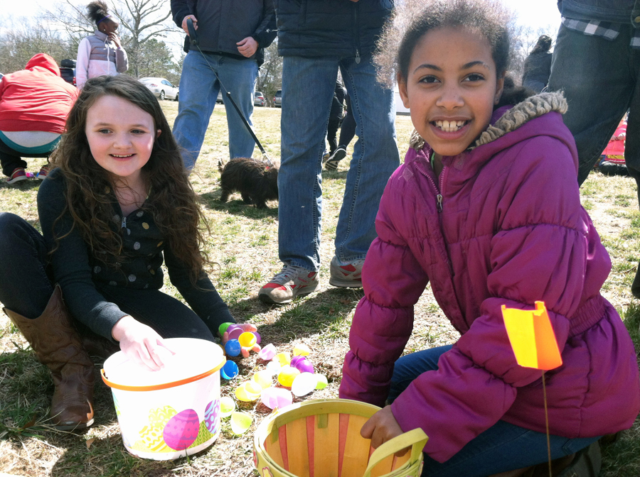 Bella Dandrea, 7, of Riverhead and Cheyenne Metzger, 8, of Flanders, count their haul. (Credit: Michael White)