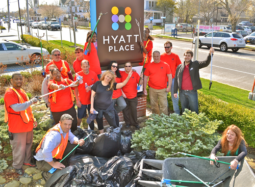 Volunteers cleaned up downtown yesterday in celebration of Earth Day. (Credit: Richard Liebert)