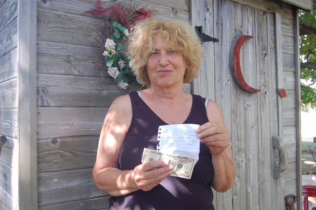 Laura Courtney with the note and $10 bill left at her house Monday. (Credit: Vera Chinese)