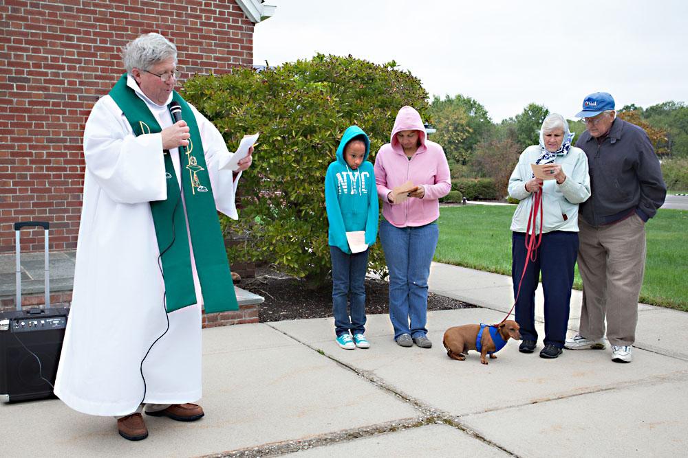 Rev. Johnson begins the blessing.