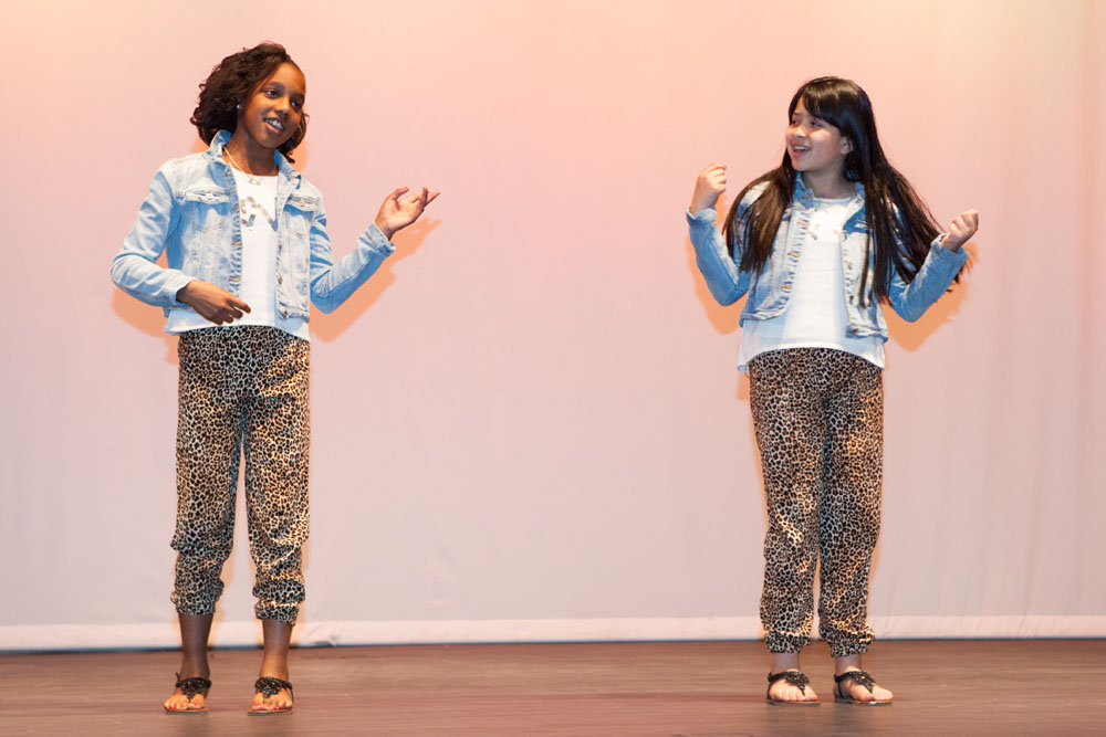 Ayania Smith and Midler Sosa sing Blank Space. (Credit: Katharine Schroeder)
