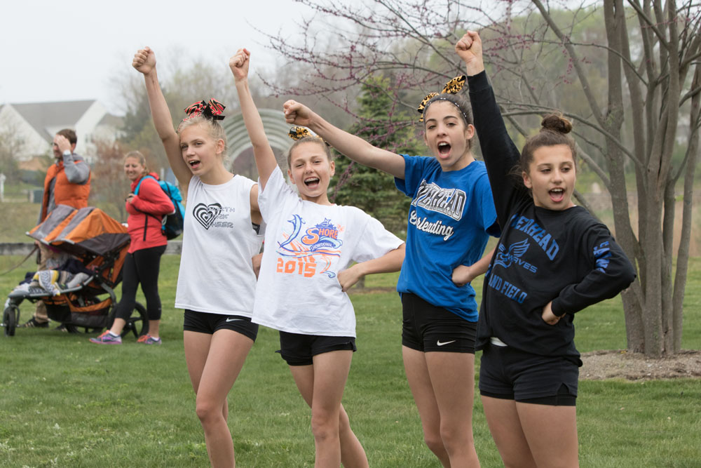 Cheerleaders from North Fork Cheer encouraged the runners. (Credit: Katharine Schroeder)