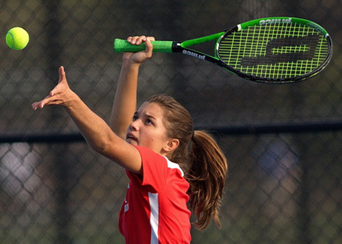 Southold/Greenport's first singles player, Willow Wilcenski, tossing the ball before a serve. (Credit: Garret Meade)
